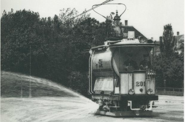 Der Sprengwagen im Betrieb.