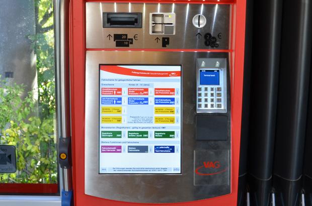 Der Fahrscheinautomat bietet ein breites Fahrscheinsortiment.