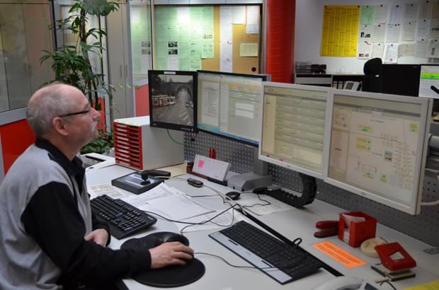 Auf den Bildschirmen ist immer viel los: Bilder der Überwachungskameras, Logbuch, Schaltpläne und vieles mehr.