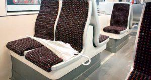 """Sitze in der Stadtbahn mit Regenschirm für das Thema """"Verlorene Dinge"""""""